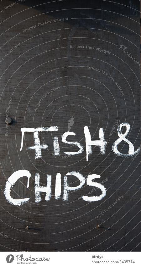 Fish and chips, Schriftzug auf Tafel an Restaurant oder Imbiß, Gastronomie fish and chips Essen to go Fisch und Pommes Englisch Fastfood traditionell Tradition