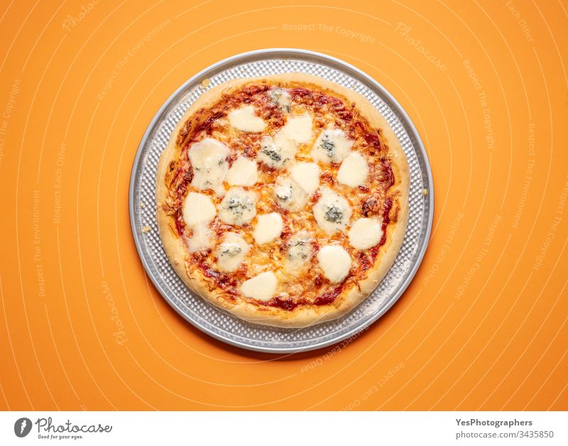 Vier-Käse-Pizza auf einem Backblech. Quattro-Formaggi-Pizza 4-Käse-Pizza Italienisch obere Ansicht gebacken Kohlenhydrate Kruste Küche Abendessen Europäer