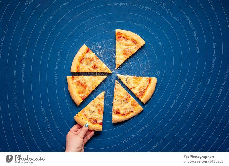 Pizza mit vier Käsescheiben. Pizzascheibe nehmen 4-Käse-Pizza Italienisch obere Ansicht Kohlenhydrate klassisches Blau Kruste Küche Abendessen Essen Europäer