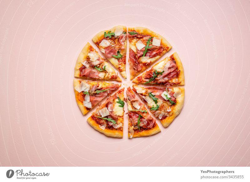 Pizzaschinken in Scheiben mit Rucola und Parmesan. Italienische Schinken-Pizza Kohlenhydrate Käse und Schinken Küche Abendessen Europäer berühmt Fastfood