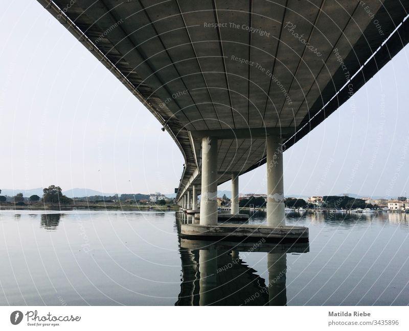 Brücke von unten Brückenpfeiler Konstruktion Architektur Beton Stahl Brückenkonstruktion Bauwerk Außenaufnahme Menschenleer Verkehrswege Straße Schatten