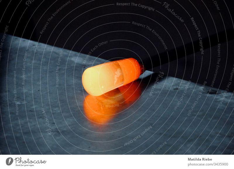erhitztes Glas im Werkprozess in einer Glasbläserei glühen heiß Glut glühend Wärme Feuer Nahaufnahme Farbfoto rot Licht gelb orange Arbeitsplatz Handwerk
