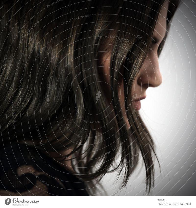 versteckte Gedanken profil nase frau weiblich traurig haare kleid detail gebeugt gesenkt kopf nachdenklich