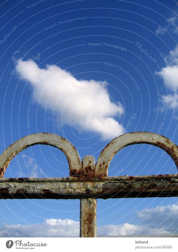 alter_Zaun01 Natur alt Himmel weiß blau Sommer Farbe Freizeit & Hobby Rost Zaun Geländer Eisen abblättern Schmiede
