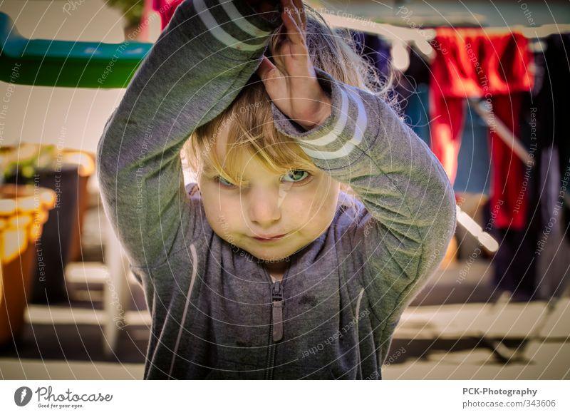 Auf der Terrasse feminin Kind Kleinkind Mädchen 1-3 Jahre 3-8 Jahre Kindheit Gefühle Tugend Coolness Neugier Abenteuer blond Wäscheleine nachdenklich
