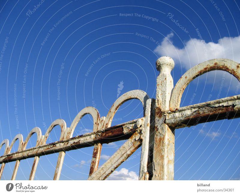 alter_zaun02 Sommer Zaun weiß abblättern Eisen Freizeit & Hobby Natur Himmel blau Rost Farbe Geländer Schmiede