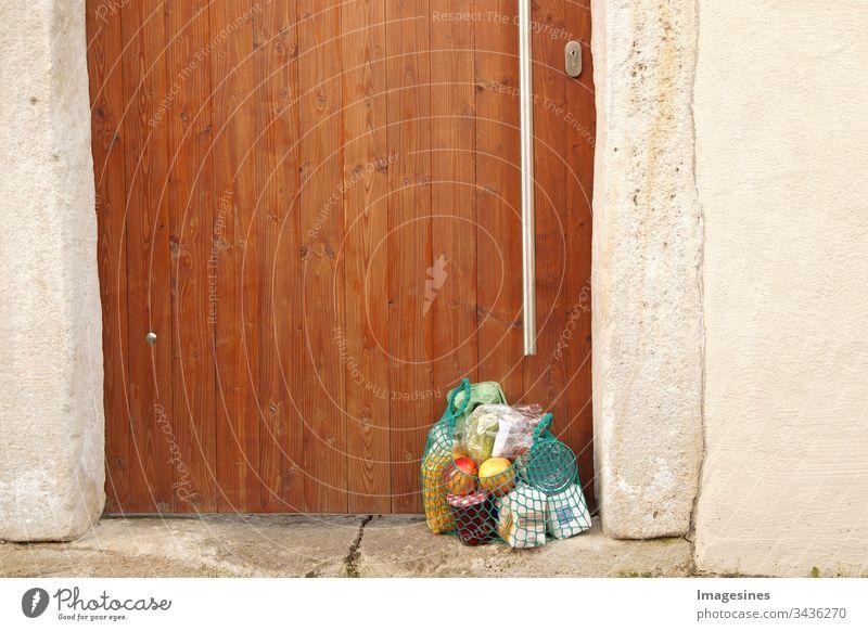 Lieferung Einkauf während der Quarantäne. Einkaufstasche mit Einkäufen, Lebensmittel vor der Haustür, Nachbarschaftsunterstützung - Konzept zur Quarantänezeit wegen Coronavirus-Infektion Covid-19