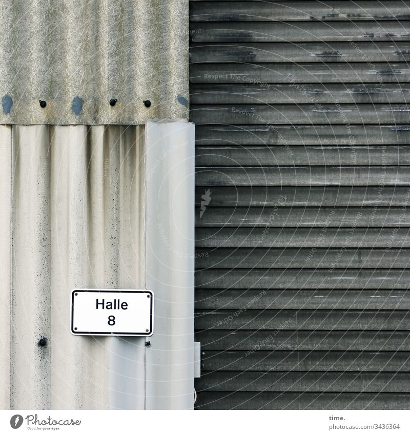 die anderen sehen auch nicht viel cooler aus architektur oberfläche linie design grau mauer wand bauwerk schild halle nummer lagerplatz rolltor wellblech