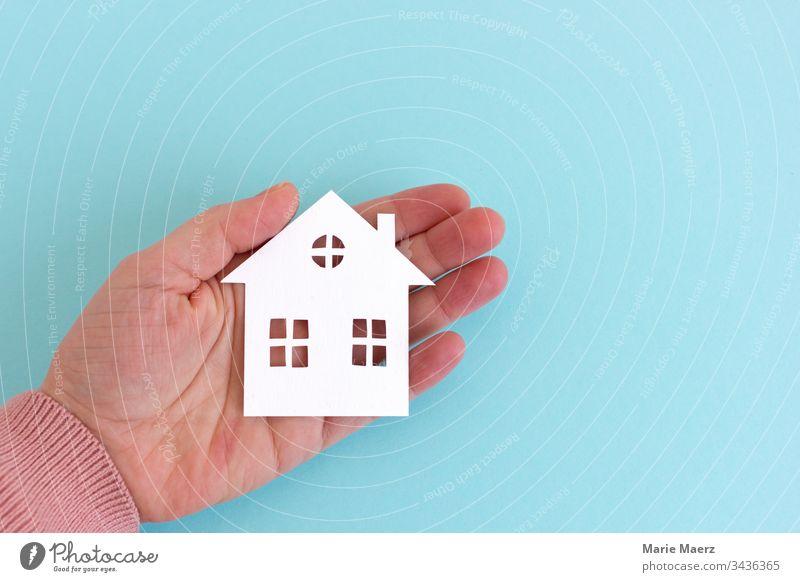 Zuhause - Kleines Haus aus Papier ausgeschnitten mit Fenstern in der Hand zuhause zuhause bleiben Eigenheim papierschnitt handgemacht Heimat Quarantäne halten