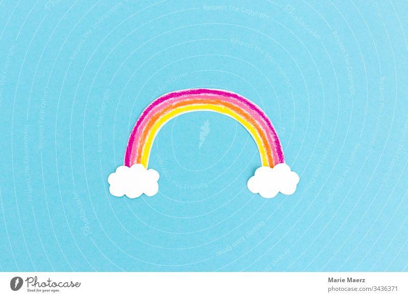 Bunter Regenbogen gemalt aus Papier mit weißen Wolken auf hellblauem Hintergrund Kind Kreativität malen basteln Bild bunt fröhlich Hoffnung positiv Symbol