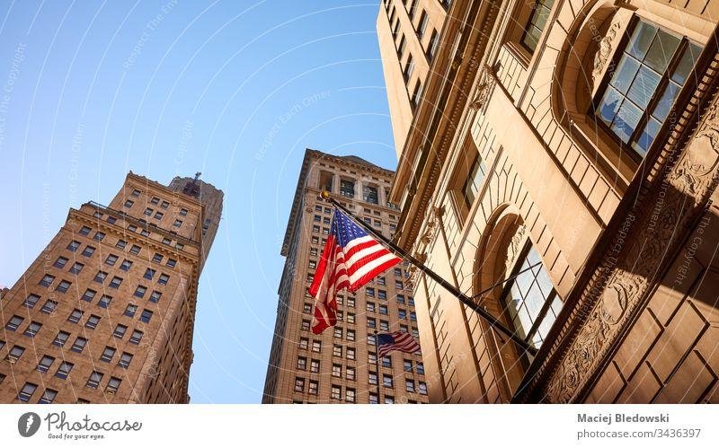 Amerikanische Flagge in New York City bei Sonnenuntergang, USA. Fahne Amerikaner Großstadt New York State amerika Symbol urban Gebäude Fassade blau rot Stern