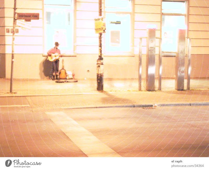Nachtgitarrist Mann Stadt Einsamkeit Gitarre Musiker Straßenmusiker