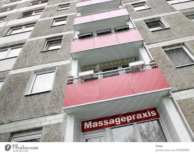 Entspannungsoase hochhaus massagepraxis dienstleistung fenster plattenbau perspektive wohnen balkon beton spiegelung blumenkasten fassade mauer wand architektur