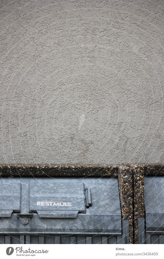 Problemverschiebung | Klimawandel müll restmüll abfall entsorgung hauswand beton metall waschbeton klappe deckel zink dunkel düster haushaltswirtschaft