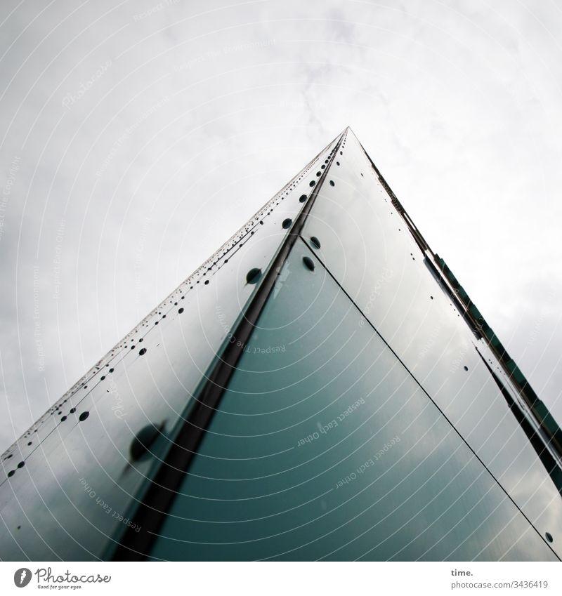 Raumprogramm fluchten himmel Spiegelung haus fassade hoch skurril unwirklich urban platte ecke perspektive schrauben spitz wahrnehmung proportion wolken rätsel