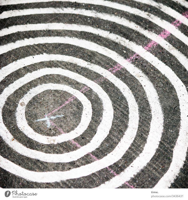 Kreisverkehr Vogelperspektive bodenbelag kunst überraschung ungewöhnlich fußgängerweg streifen linien design kreis spielplatz beton kreuz weiß pink rund