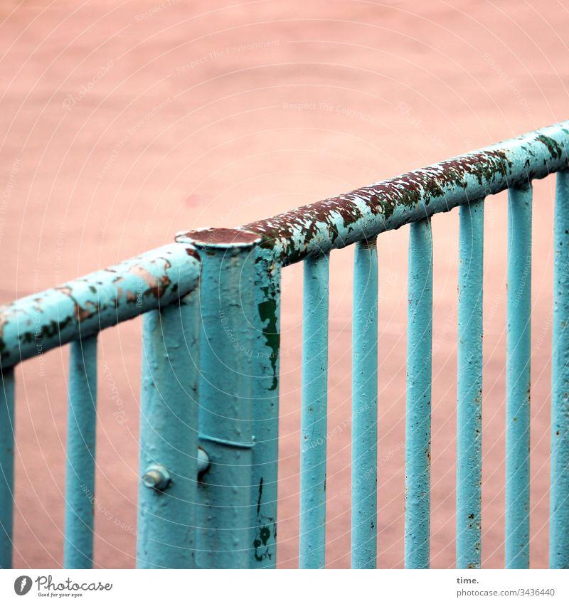 no sports | corona thoughts detail linien oberfläche trashig kaputt sandig beschädigt hellblau tor sandplatz schulhof tür metall pforte verschlossen abgenutzt