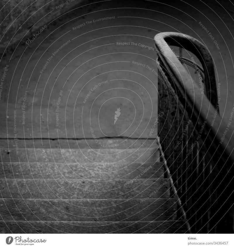 gleich läuft's rund ::: [auf Wunsch objektiver: von schwachem Tageslicht beleuchtete Steintreppe mit abgenutzten Stufen und hölzernem Handlauf auf schmiedeeisernen Streben, am unteren Ende rechtsdrehend, in einem menschenleeren lost place]