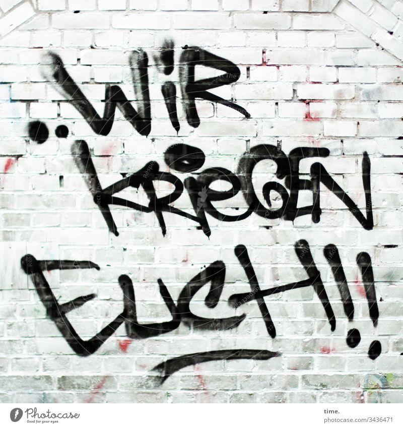 hier riecht's doch nach ... Ärger wand mauer backstein weiß drohung buchstaben grafitti ausrufezeichen imperativ warnung fangen kriegen ärger gewalt aggression