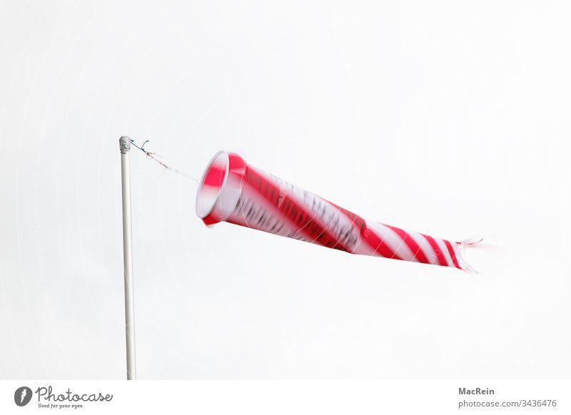 Windsack windsack windsäcke windrichtung windstärke masten wehen weht niemand textfreiraum rot weiss streifen stange