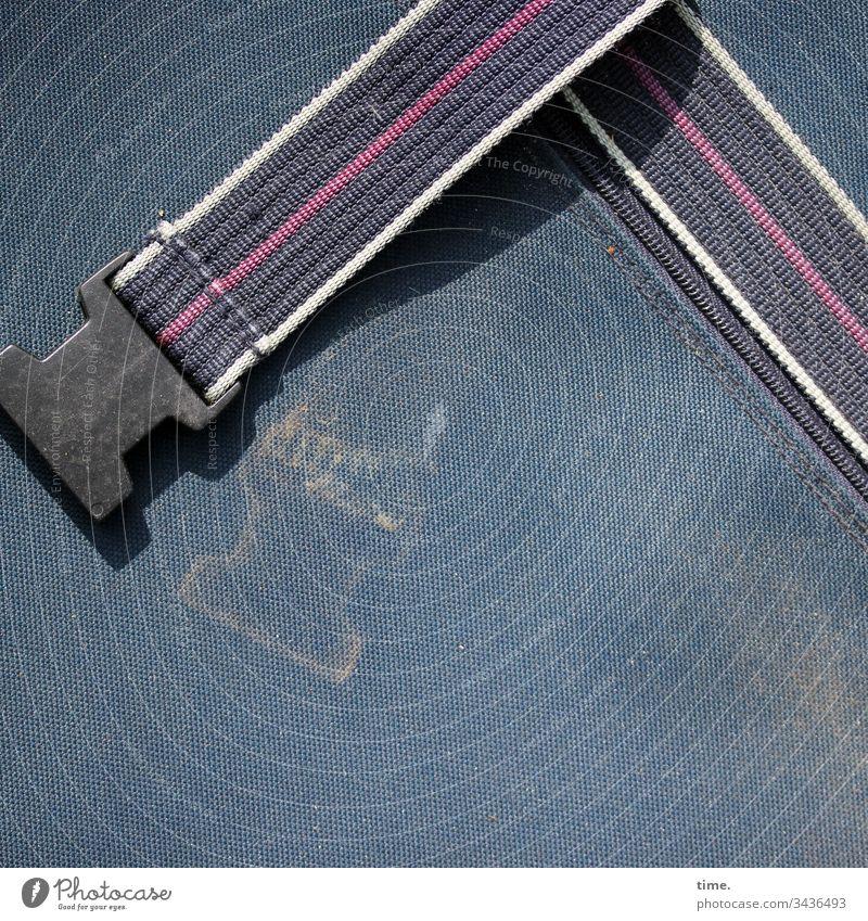 süße alte kleine Steckschnalle rucksack textil kunststoff schatten sonnenlicht abdruck dreck dreckig schmutzig detail genäht naht verschluss steckverschluss
