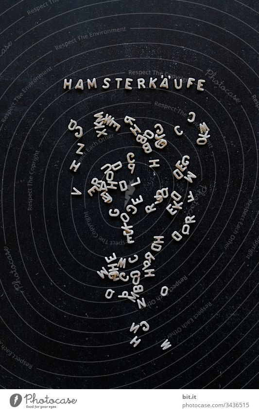 Buchstabennudeln auf einer schwarzen Tafel mit Schriftzug, Hamsterkäufe, als Hinweis auf Egoismus, Rücksichtslosigkeit und Gier. COVID-19 Ansteckungsgefahr