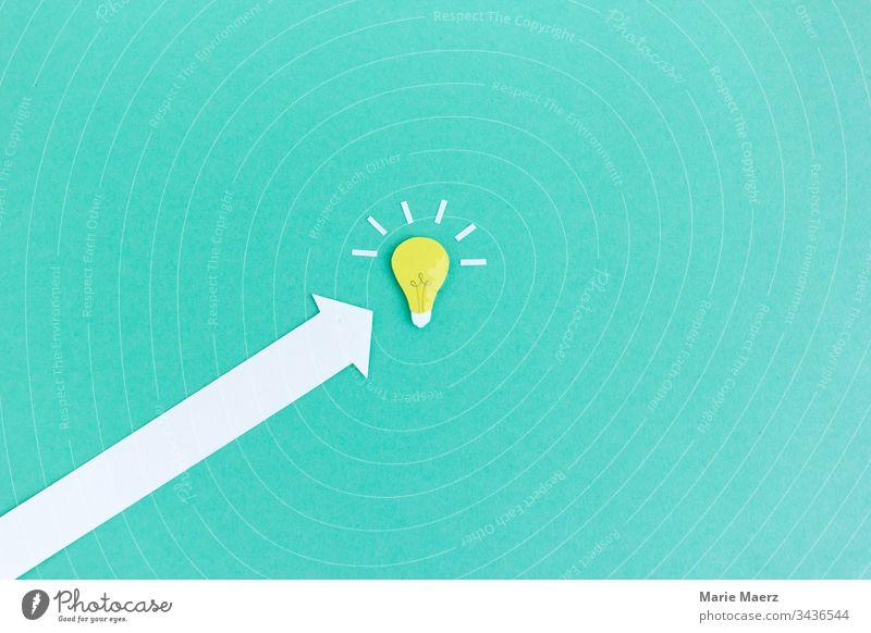 Schnell zur Idee | Pfeil zur Glühbirne Erfolg Inspiration Hintergrund neutral Wissen Denken Neugier Fortschritt Kreativität planen Bildung türkis entdecken