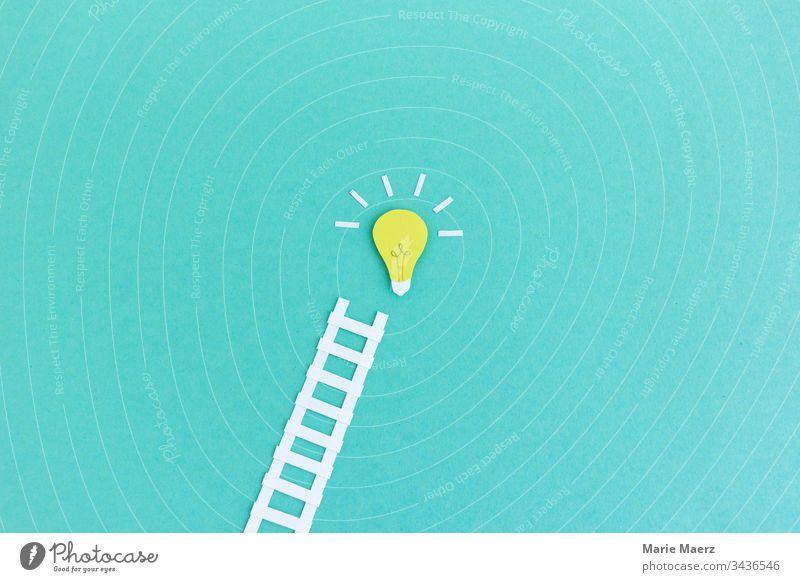 Weg zum Erfolg | Leiter führt zu Glühbirne Ideen-Symbol innovativ Inspiration Hintergrund neutral Wissen Denken Neugier Fortschritt Kreativität planen Bildung