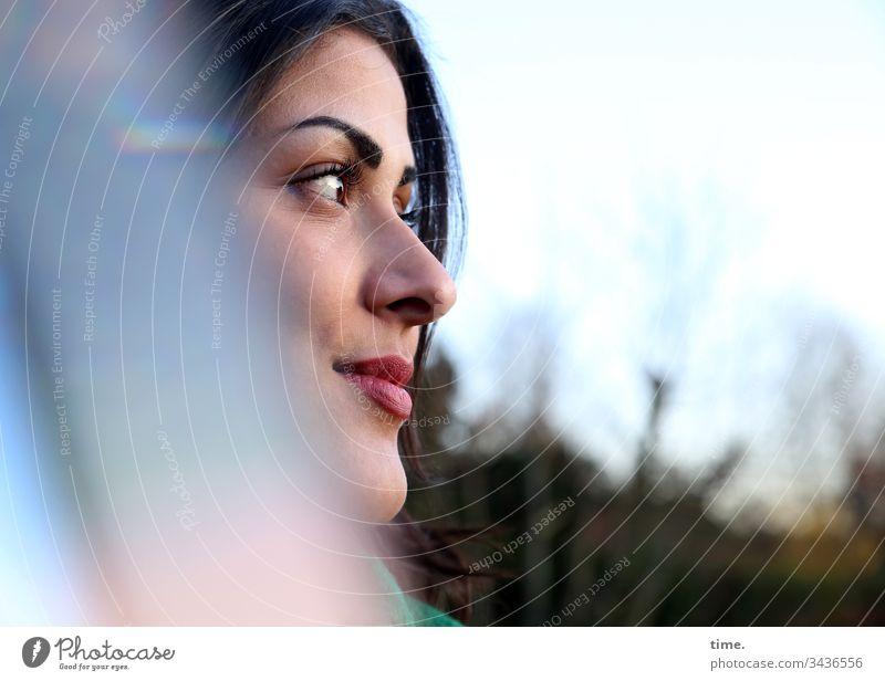 Estila frau weiblich feminin portrait profil tageslicht himmel garten prisma spiegelung freundlich neugierig schön interesse wachsam dunkelhaarig fernweh
