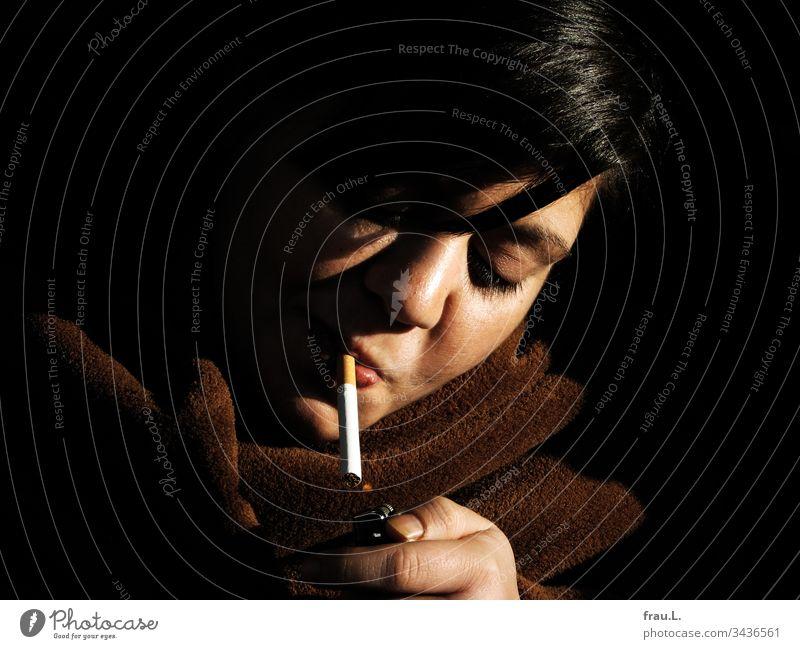 Das Feuerzeug ließ sich erweichen und spendete eine winzige Flamme für die Zigarette der jungen Frau, obwohl es sich ja ein Foto zuvor standhaft verweigert hatte.