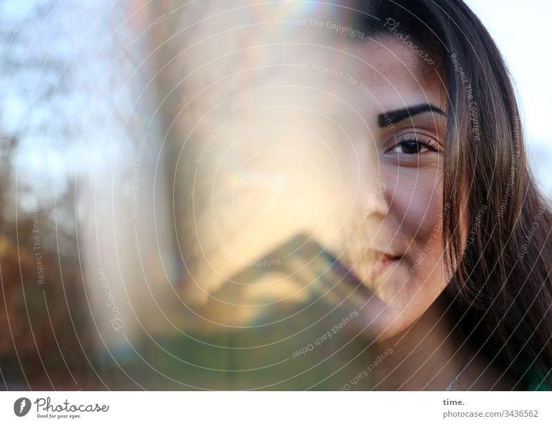 Estila frau portait dunkelhaarig blick direkt langhaarig experiment glasscherbe spiegelung prisma himmel lächeln geheimnisvoll