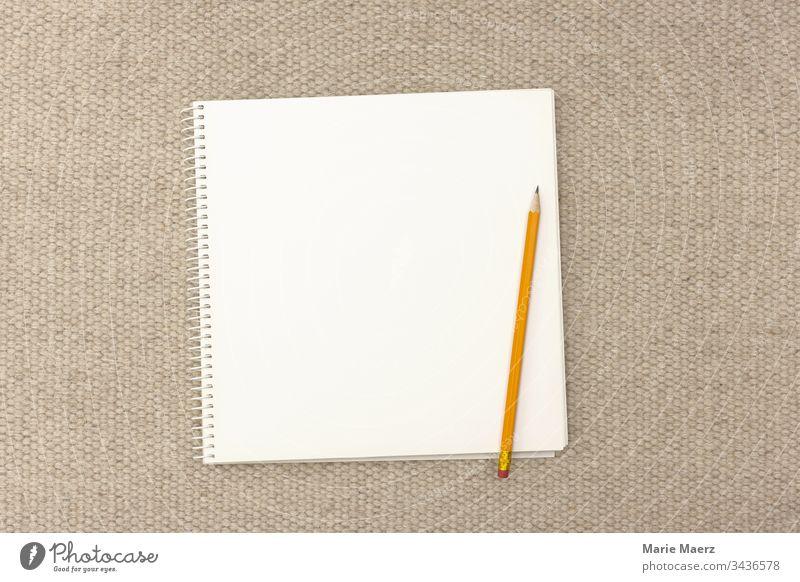 Aufgeschlagenes Notizbuch / Skizzenbuch mit einer leeren Seite Papier und Bleistift Block Tagebuch schreiben Stift Blatt Kreativität hell neutral weiß blanko
