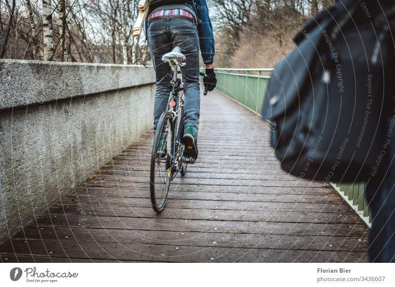 Vorbeifahrender Radfahrer von hinten auf einer schmalen Brücke radfahrer Fahrrad Fahrradfahren Fahrradreifen stehend Verkehr Verkehrsmittel Verkehrswege