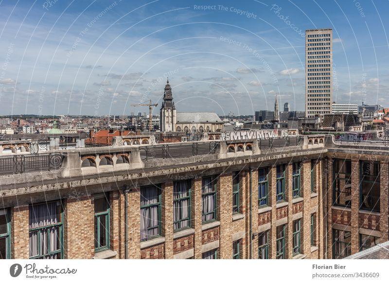Blick über Brüssel beim Lift van de Marollen nahe des Justizpalastes Belgien Hauptstadt Gebäude Innenhof Fenster Innenstadt Zentral Kirche Hochhaus Stadtzentrum