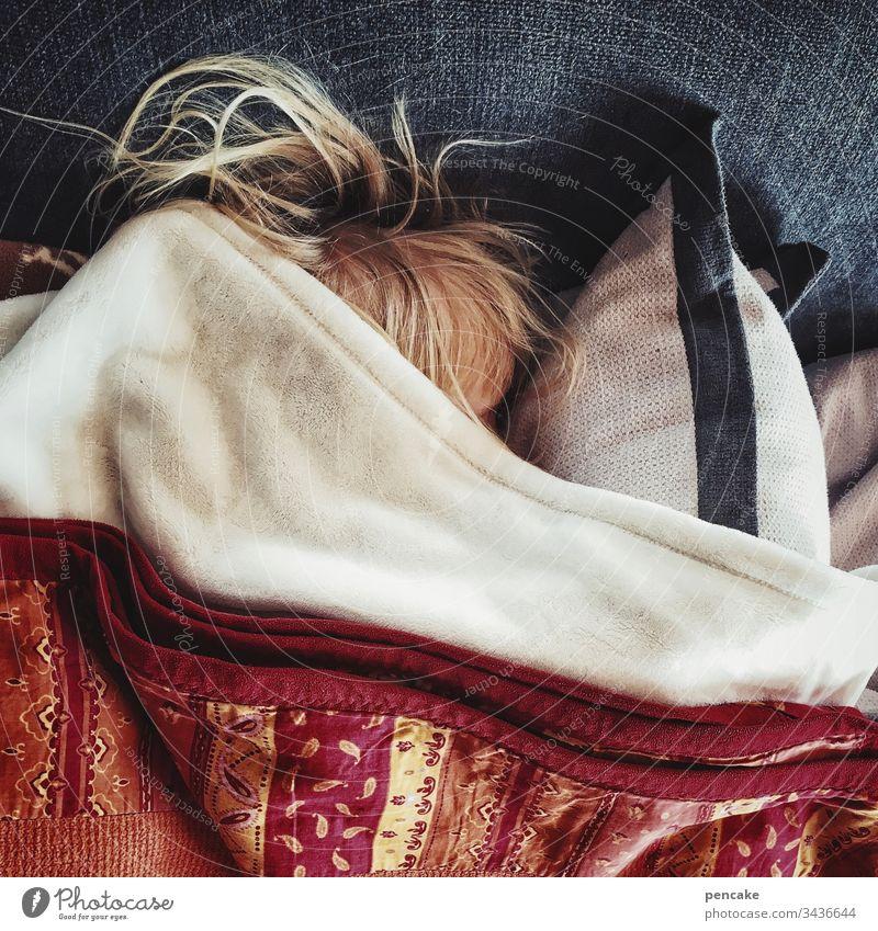 einfach mal abtauchen Haare blond schlafen Kissen Decke Zudecke zugedeckt Ruhe Mittagsschlaf Wolldecke Sofa Couch Kindheit Mädchen Erholung liegen Innenaufnahme