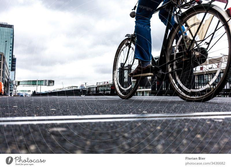 Radfahrer an einem Schifffahrtsterminal mit bedecktem Himmel Fahrrad Fahrradfahren Bewegung Geschwindigkeit Radfahren Erwachsene Verkehr Kai Anlegekai anlegen