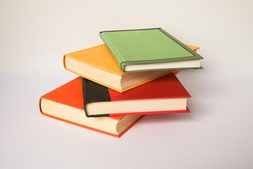 Ein Stapel farbenfroher Bücher auf weißem Hintergrund vertikal niemand Farbe Foto Bild gestylt Brühe copyspace Platz für Text Textfreiraum neutral