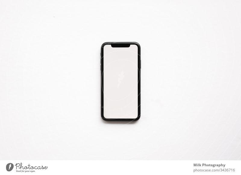 Ein Smartphone isoliert auf weißem Hintergrund Internet PDA Funktelefon Hintergrund neutral Studioaufnahme senden Bildschirm Anzeige Information Funken