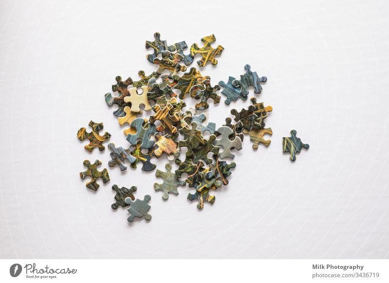 Rätsel auf weißem Hintergrund. Unterhaltung zu Hause Freizeit & Hobby Geduldsspiel Scheitel Spielen fehlen Muster Strukturen & Formen blau Nahaufnahme Himmel