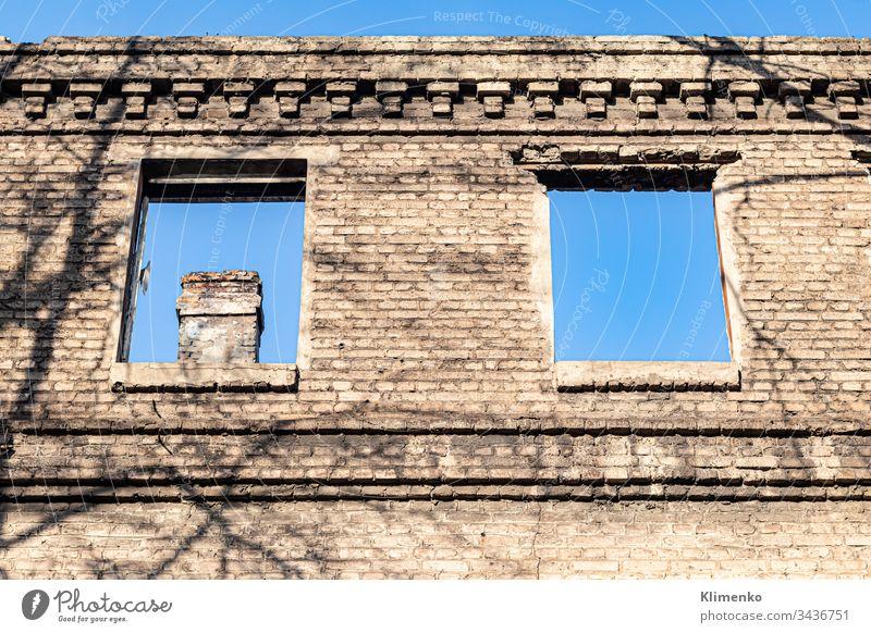 Ruiniertes altes Haus. Und der blaue Himmel. Die Überreste alter Häuser. Verlassene Stadt. Die Stadt der Geister. Die Ruinen alter historischer Gebäude, die durch ein Erdbeben zerstört wurden.