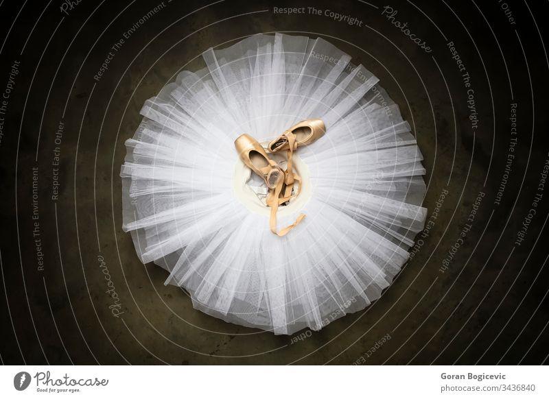 Ballettschuhe mit Bändern auf einem weißen Tutu in einem Tanzstudio Frau Kleid Ballerina schön Tanzen Liebe Schönheit Glück Atelier Theater Anmut Model