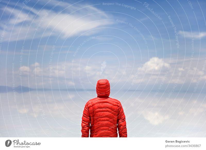 Mann steht am Salar de uyuni-Salzsee in Bolivien altiplano Höhe amerika Anden Gegend blau hell Windstille Farbe Tag wüst Ausflugsziel trocknen Expedition