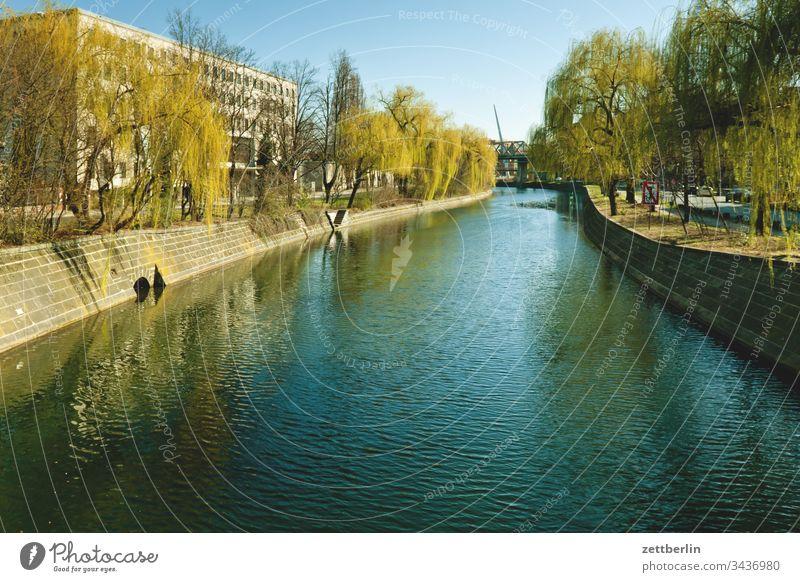 Landwehrkanal außen berlin deutschland frühjahr frühling hauptstadt licht schatten sonne urban wasser wasseroberfläche landwehrkanal kreuzberg ufer