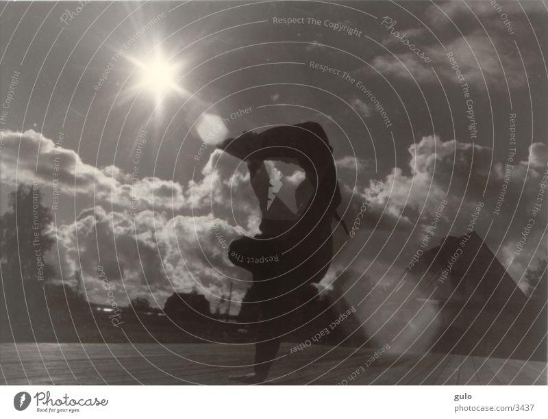 Brakedance in der Sonne Gegenlicht Wolken Körperhaltung Sport Blendenfleck