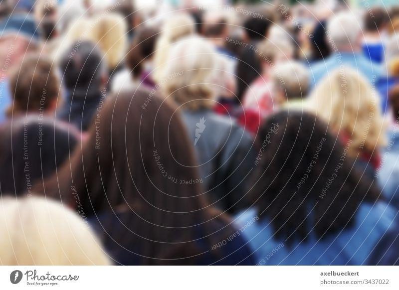 verschwommene Menschenmenge Unschärfe Menschengruppe überfüllt Öffentlich Masse Publikum Rücken hinten Rückseite Kopf Fußgänger Männer Frauen viele anonym