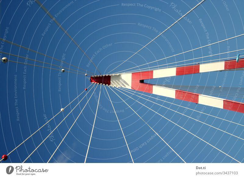 Brücken-Pylon mit Stahlseilen aus Froschperspektive Brückenträger rot weiß Himmel