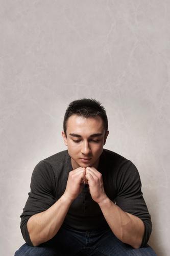 trauriger Mann, der nach unten schaut Depression Blick depressiv Erkrankung Stimmung besinnlich deprimiert Gefühl pessimistisch Melancholie psychotisch mental