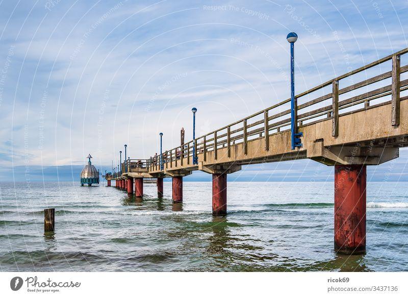 Seebrücke an der Ostseeküste in Zingst Küste Fischland-Darß Meer Strand Architektur Bauwerk Sehenswürdigkeit Laterne Tauchgondel Himmel Wolken blau