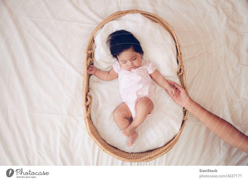 In einem Korb schlafende Babys Mutter Hand neugeboren Hände Liebe Pflege weiß Kind Mama Familie jung Frau Menschen Kindheit klein wenig Säugling Finger Mädchen