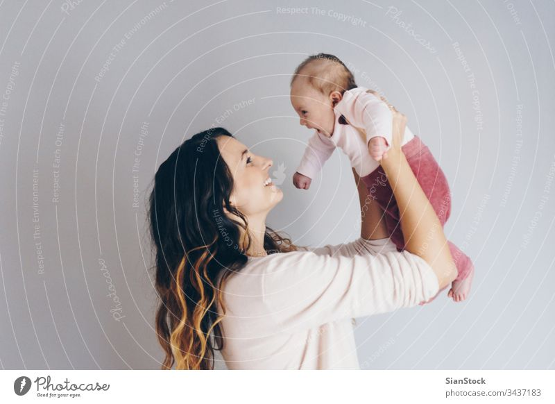 Bild einer glücklichen Mutter, die mit ihrem Baby spielt Mama Glück Familie Kind Spielen schön Fröhlichkeit jung Liebe Tochter wenig weiß niedlich Gesundheit